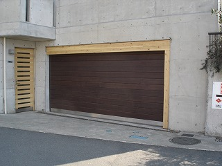 ウッディガレージシャッター施工例 神奈川県リフォーム売り物件